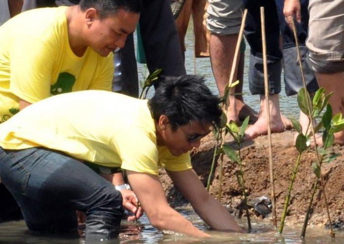 Ariel menanam mangrove bersama warga. (Sumber foto).