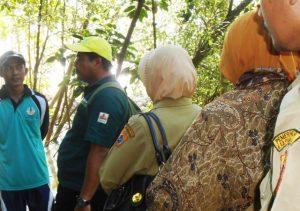 Tim KeSEMaT dan KKMD Jateng nampak berdiskusi bersama warga Pemalang, mencoba mencari solusi mengenai program rehabilitasi mangrove di desa Mojo dan Santren.