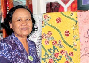 Ibu Lulut dengan batik mangrove, temuannya. Batik mangrove saat ini sudah menyebar ke berbagai kota di Indonesia dengan berbagai label, hasil dari tangan dinginnya.